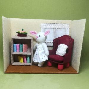 Doris Rabbit en su biblioteca