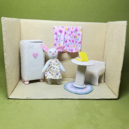 Mili Rabbit en su habitación de estudio