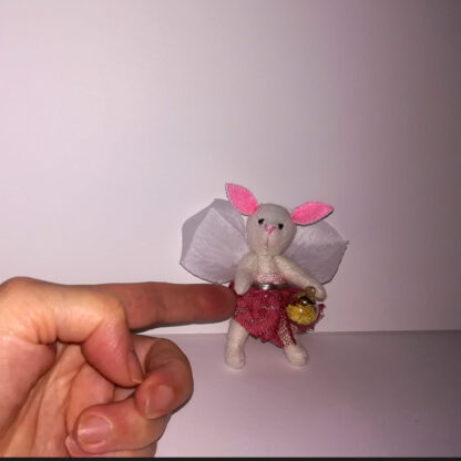 Mari Mariposa en su jardín